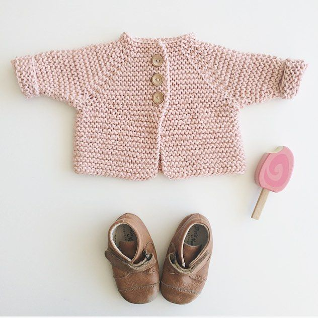 HARALDS JAKKE I dobbeltlagt øko Strikdet bomuld. Find opskrift og garn i shoppen #strik #strikk #babygirl // HARALDS JACKET knitting pattern in danish and english • both yarn and pattern in the shop☺️ link in bio