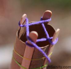un rouleau de papier toilette , 4 batonnets de glace = un tricotin   Spool Knitting.