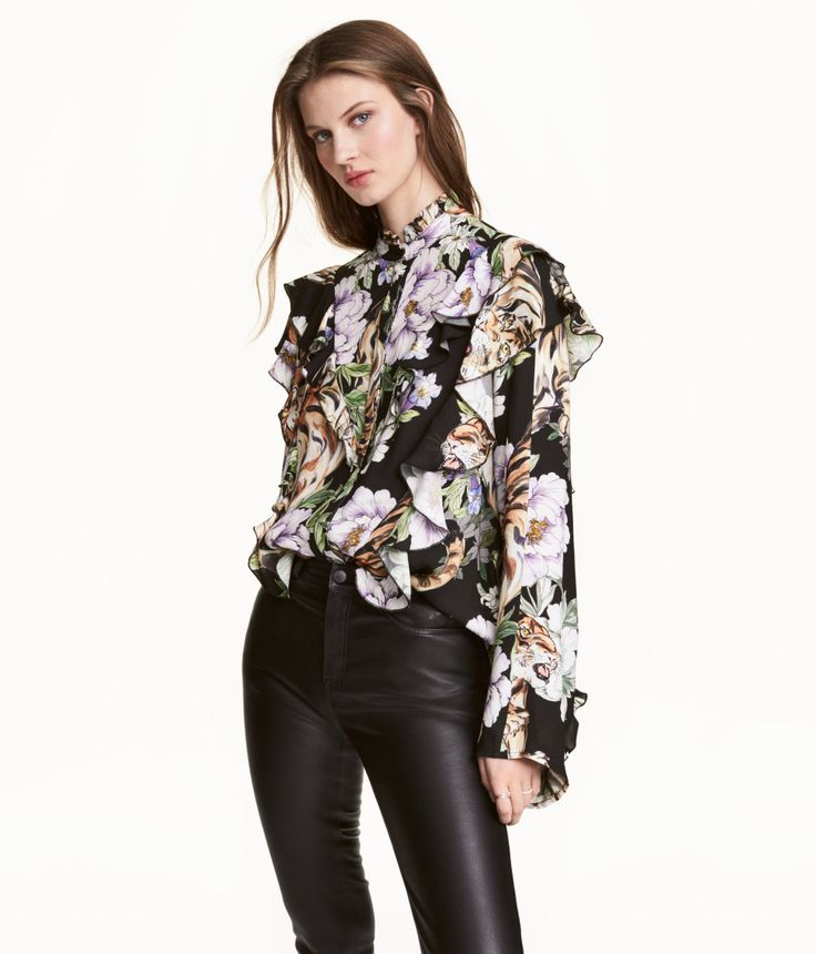 Black/Tiger. Wide-fitting blouse in a soft viscose weave with an all-over print. Small, frill-trimmed stand-up collar and decorative frills at the front and