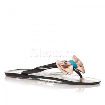 Papucii Delight – Negru se potrivesc perfect picioarelor obosite. Relaxati-va cu ceva usor si frumos. Acesti papuci imbina utilul cu placutul, fiind comozi si draguti, datorita funditei.