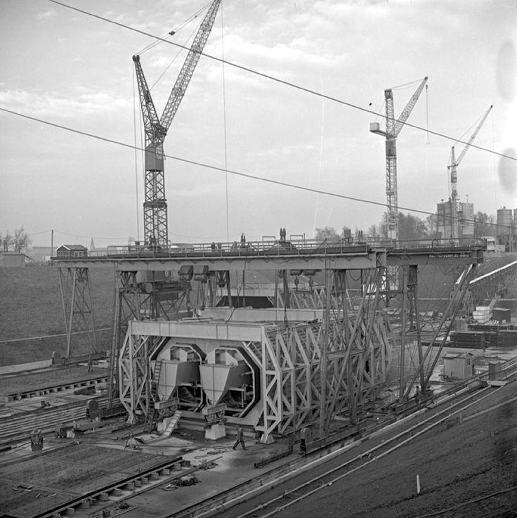 1961. Overzicht van de bouwmal voor betonnen metrotunnelstukken op Eiland van Brienenoord.