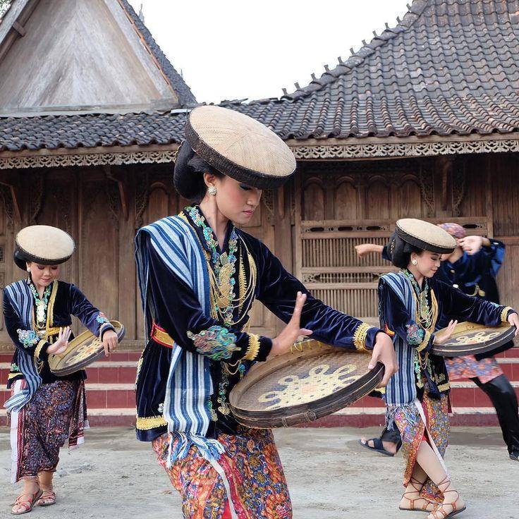 """IndonesiaKaya - #IndonesiaKaya on Instagram: """"#JelajahJawaTengah Tari Kretek, merupakan tarian khas tradisional asli Kota Kudus. #IndonesiaKaya"""""""