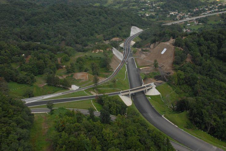 El gobernador Javier Duarte de Ochoa y el presidente Felipe Calderón Hinojosa darán apertura formal a la autopista Perote-Las Vigas, una vía de 32 kilómetros que forma parte del Libramiento de Xalapa, cuyo tramo Banderilla-Corral Falso, podría quedar concluido este mismo año.