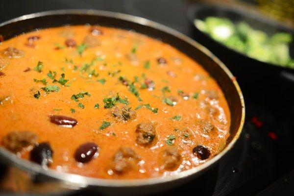 Gräddiga köttbullarna med oliver & persilja.