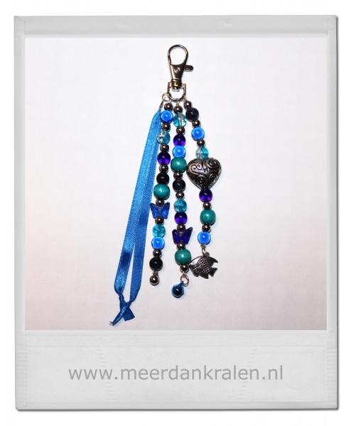 Tashanger/Sleutelhanger, satijnlint en diverse soorten kralen en bedels in een blauw kleurthema met metal look hartje.
