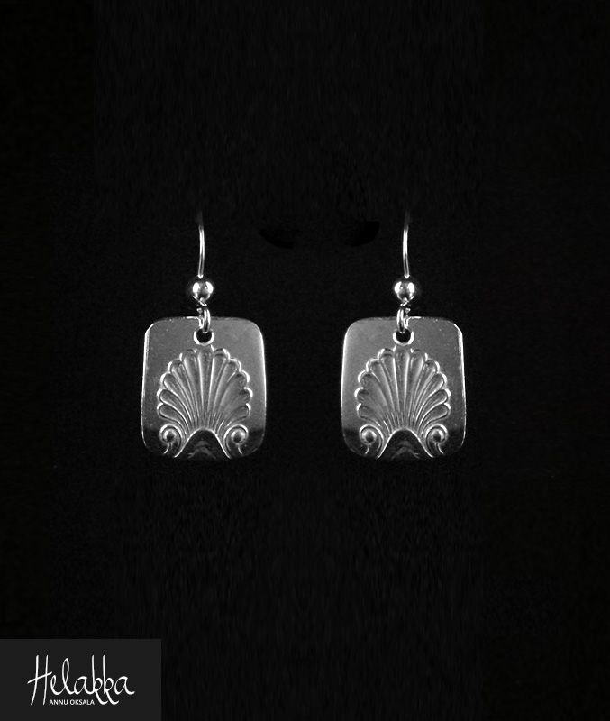 Ajattomat ja pelkistetyn kauniit hopeakorvakorut hopealusikoista  Korvakorun pituus n. 1,8 cm, levein kohta n. 1,4 cm Materiaali 813 hopea Koukut 925-sterlinghopeaa