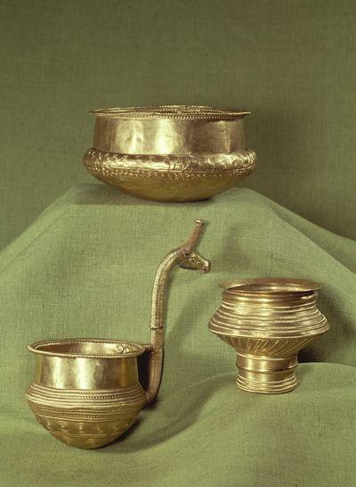 Rituelle fester og drikkelag. Bronzealderens eksklusive guldskåle har formentlig været brugt til rituelle fester eller fornemme gæstebud. Hvad man har drukket af skålene er uklart. Man kan forestille sig, at de har været brugt til alkoholiske drikke. En alkoholisk drik er kendt fra Egtvedpigens grav, der dog er af lidt ældre dato. I hendes grav stod en barkspand med rester af en gæret drik brygget af hvede, tytte- eller tranebær samt honning. Måske var det en lignende drik, man havde…