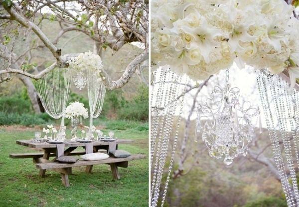 garten deko-romantische sitzecke-rustikaler outdoor-tisch