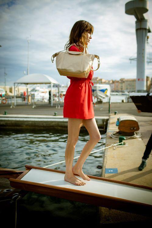 LONGCHAMP  … i Alexa Chung. Wakacyjny klimat, tak oczywisty, a jednak w tym roku trochę zapomniany w reklamach. Urok Saint-Tropez wyszedł twórcom tej reklamy przednio. Trochę nam tylko żal wychudzonych nóżek Alexy i powątpiewamy w sukces długich, pieszych wędrówek po plaży. Mija 20 lat od stworzenia torebki Le Pliage bag i Longchamp postanowił tę rocznicę celebrować na Riwierze. Też byśmy tak zrobili.  Więcej na Moda Cafe!