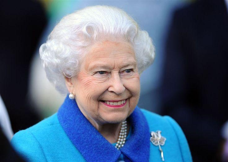 WINDSOR - De Britse koningin Elizabeth wordt donderdag negentig jaar. De vorstin brengt de dag door in Windsor. Samen met prins Philip wandelt Elizabeth op haar verjaardag door Windsor. Vanaf Windsor Castle, waar ze bij voorkeur woont, loopt ze naar het beeld van koningin Victoria, aan de voet van het mottekasteel. Daar onthult ze een... (Lees verder…)