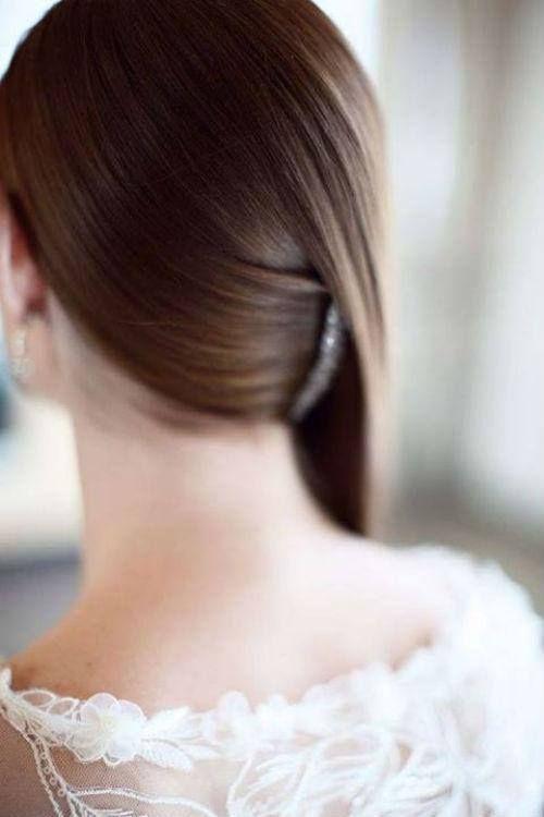 Peinado para cabello lacio con un broche