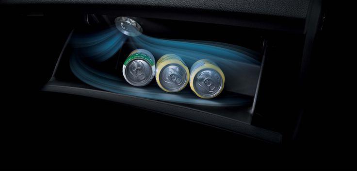Funkcja chłodzenia schowka  W modelach wyposażonych w klimatyzację, w schowkach przed pasażerem znajduje się specjalny otwór wentylacyjny, przez który wydostaje się powietrze chłodzące butelki z napojami