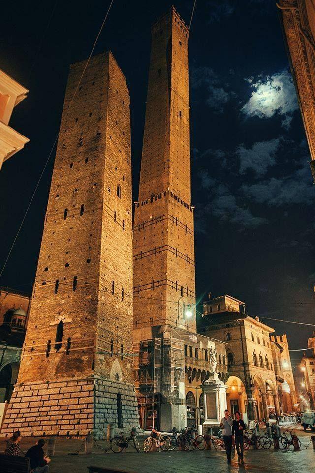 Torre degli Asinelli e Garsenda, Bologna, Italia. La prima deve il suo nome ad un cavaliere ghibellino che, secondo una consolidata tradizione, l'avrebbe fatta costruire fra il 1009 2 il 1119. Anche la Garisenda trae nome dalla famiglia che la costruì, sempre nella stessa epoca dell'altra.