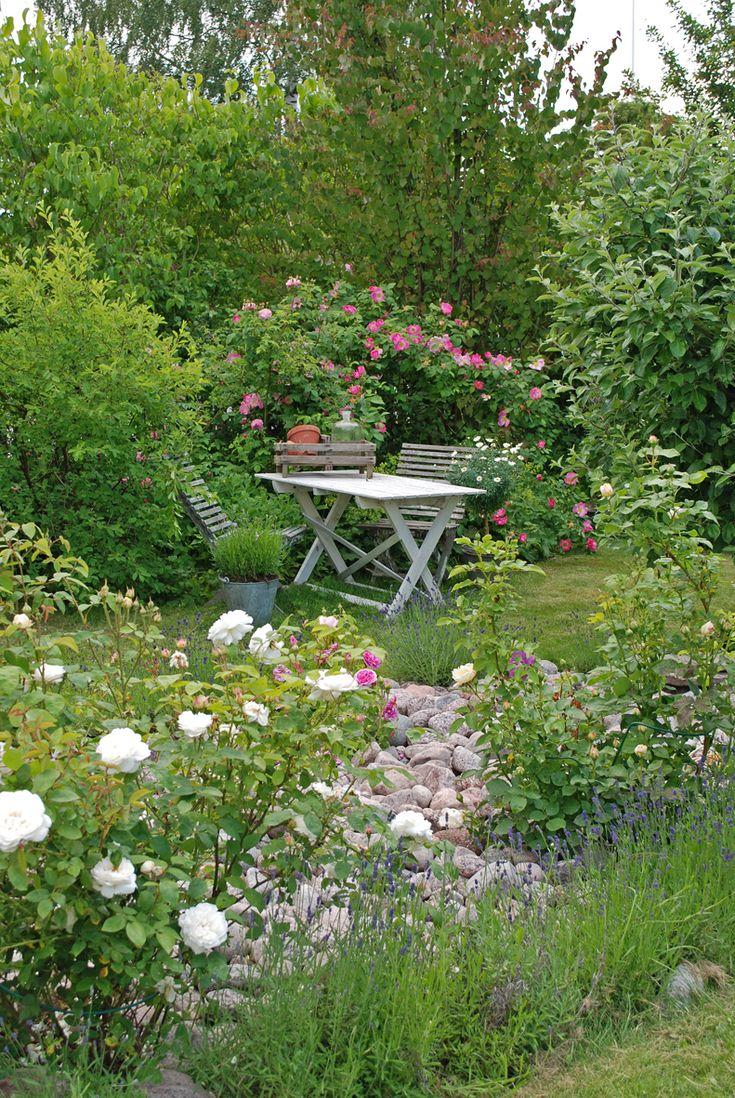 Un peu d'ombre , beaucoup de lumière  quelques arbres , quelques fleurs  un table des chaises , les oiseaux...et c'est propice  au bonheur à  toutes heures.