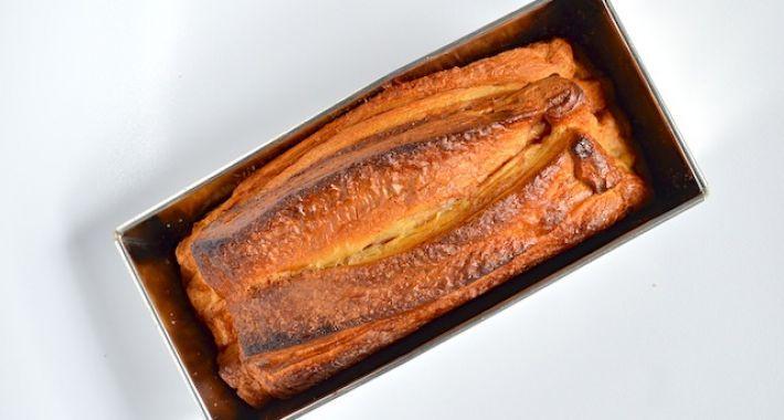 Een kaneelbrood gemaakt van croissant deeg, suiker, kaneel en een eitje