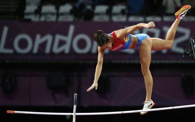 A russa Elena Isinbayeva, atleta russa do salto com vara, ficou com a medalha de bronze nas Olimpíadas de 2012.  Fotografia: Matt Dunham / AP.  http://esporte.ig.com.br/maisesportes/atletismo/2013-08-15/nos-somos-pessoas-normais-diz-isinbayeva-apoiando-lei-anti-gay.html