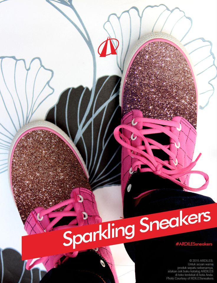 Ardiles Sneakers Lovers, cat kuku metallic dan glitter menarik dunia fashion karena kesannya mewah dan retro. Bukan cuma kuku yang bisa hadir metalic dan glitter lho, sepatumu juga bisa lebih sparkling dengan sentuhan glitter. Caranya: gunakan kuas untuk mengoles lem kain kebagian permukaan sepatu. Pastikan lem yang dioleskan cukup tebal biar glitter bisa menempel rata. Yuk, tambah koleksi sneakersmu dengan belanja sneakers Ardiles di www.ardilesmetro.com