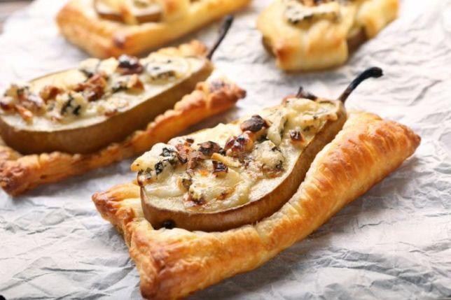 Gruszki zapiekane w cieście francuskim z gorgonzolą i orzechami