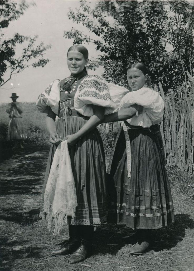 Slovakia - Dievčatá v typických detvianskych krojoch