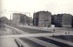 W roku 1960 uchwycono na tym zdjęciu ul. Jedności Narodowej i niewielką stację benzynową. Czy możliwe jest aby stała tutaj przed wojną? [dolny-slask.org.pl]