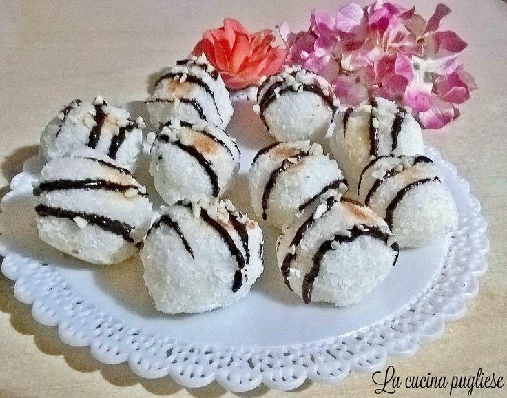 Deliziosi biscottini da gustare in ogni momento della giornata, preparati con solo 3 ingredienti: sono i Biscotti al cocco! Per la ricetta: http://lacucinapugliese.altervista.org/recipe/biscotti-al-cocco/