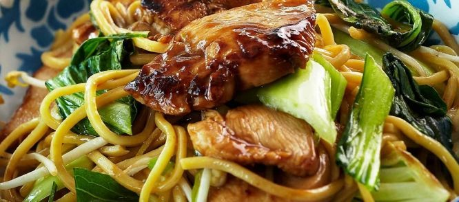 Kip Teriyaki met Mie is een heerlijk oosters gerecht dat gezond is en binnen enkele minuten op tafel staat! Ideaal als je niet zo veel tijd hebt en toch iets verrassends wilt serveren. Eet smakelijk!