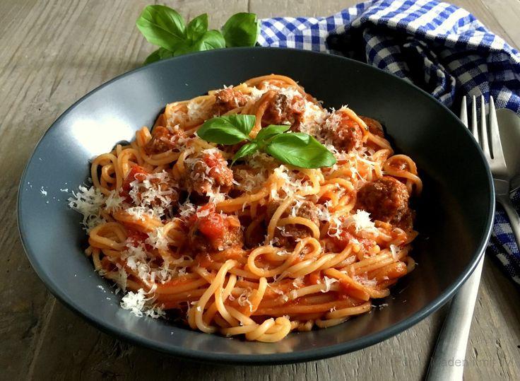 Den lækreste opskrift på spaghetti med kødboller i bedste Lady og Vagabonden stil.