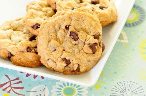 Η Ναταλία μοιράζεται μαζί μας μια πολύ εύκολη συνταγή για να φτιάξουμε σπιτικά μπισκότα με κομμάτια σοκολάτας. Τι θα χρειαστούμε; 200 γραμμάρια κουβερτούρα