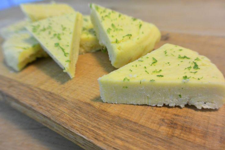 Een snack gemaakt van kokos en bevroren mango. Een snack waar je een vakantie gevoel van krijgt! Het is ook nog een veganistisch recept.