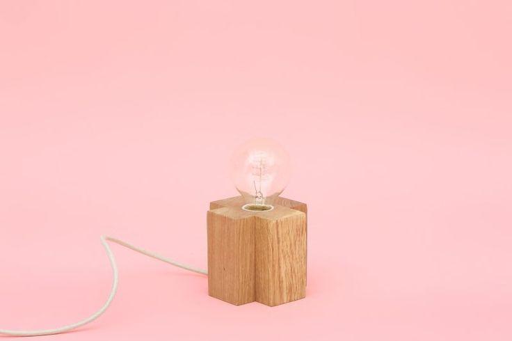 ELA est une lampe en chêne massif entièrement fabriquée à la main, en France https://shop.studio-adc.fr/produit/lampe-bois-ela/