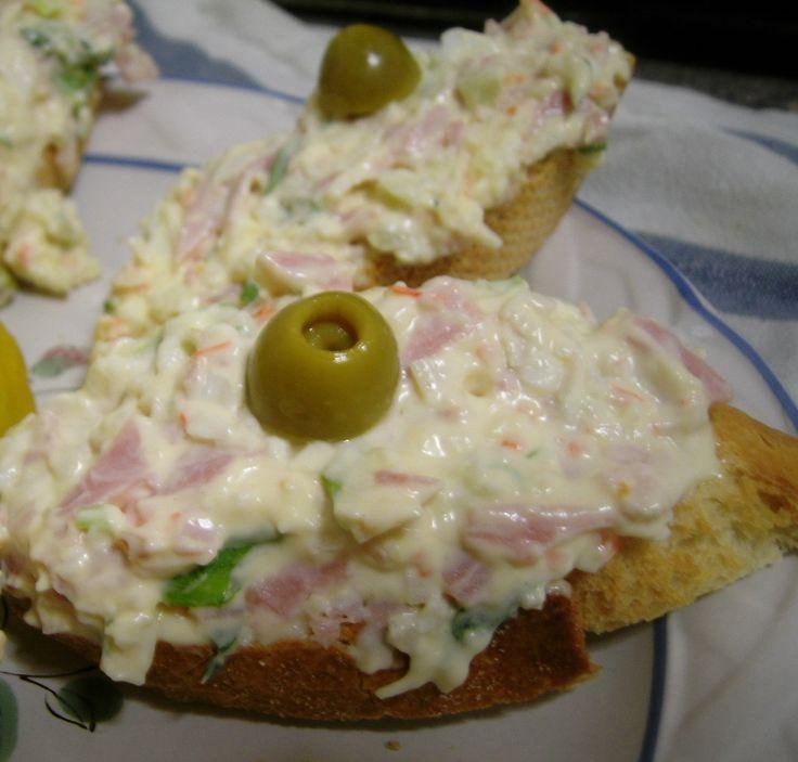 Montadito de palito de cangrejo con jamón y huevo
