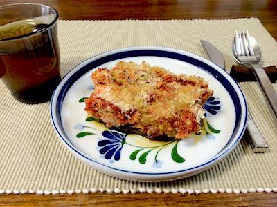 ベジ版で作った茄子のムサカ茄子のグリルが底にあってその上に大豆ミートのトマトソース、その上にサツマイモ粉と大豆粉を錬った生地、もう一度トマトソース、そしてパン粉にオリーブオイルをかけてオーブンで焦げ目が付くまで焼きました。