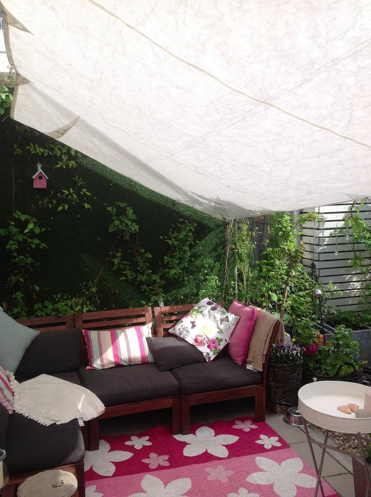 Ett solsegel är inte bara ett skydd mot solljuset utan skapar även ett rum i trädgården genom att agera tak.
