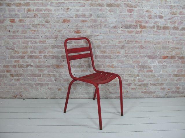 Waan jezelf op een Frans terras met dezeauthentiekebistrostoelen uit de jaren '50…Neem voor verzending contact met ons op. De prijs voor verzending van één stoel is gelijk aan de prijs voor verzending van zes.