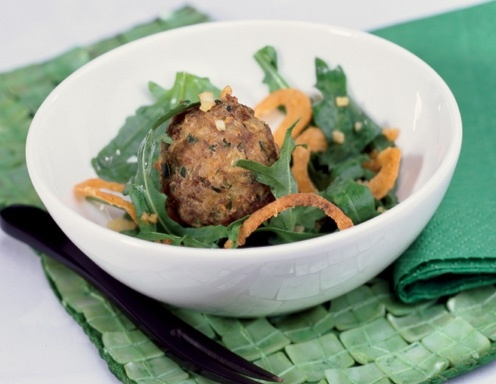 Polpette auf Erbsenschoten Paprika Salat