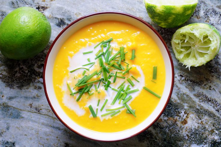 Detta är ett recept på färgstark sötpotatissoppa med mycket limesmak. Syran bryter av väldigt fint mot sötman från sötpotatis och ger en väldigt god balans.