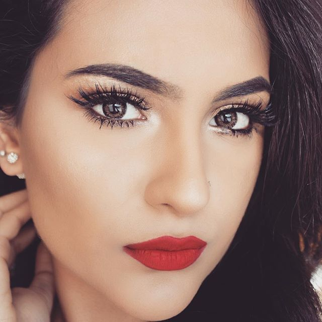 Instagrammer @makeupbyamtul  complements her bold red lips with a light smokey eye using tarte cosmetics #tartelette2