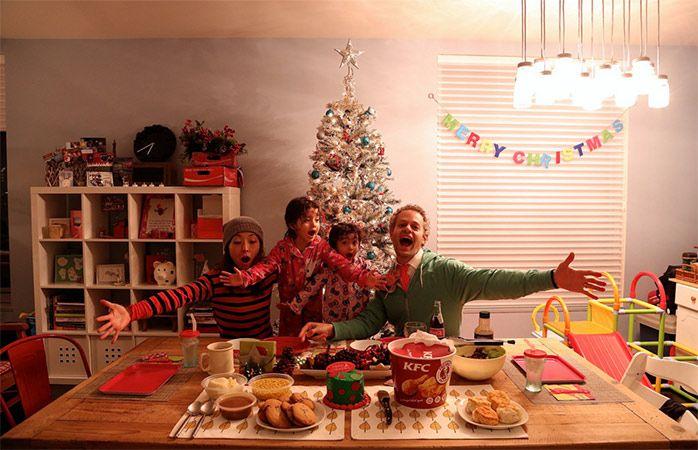 Tradições de Natal pelo mundo - Família reunida na mesa de Natal para a ceia com...KFC!