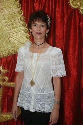 La Chambra es similar a la basquiña, pero más holgada en la cintura. Blusa de tela fina de hilo, voil u opal bordado, encajes.