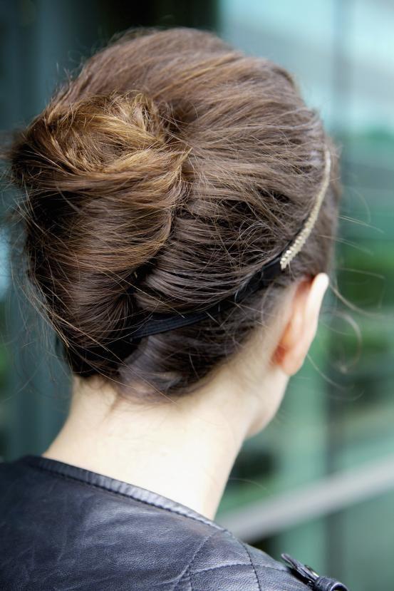 Kneed je haar los tijdens het drogen. Rol je lokken in een losse chignon en zet ze vast met speldjes. Fixeer met haarlak en werk eventueel af met een romantische diadeem of haarband met pareltjes.