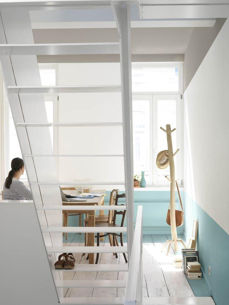 Wie heeft ooit gezegd dat muren in één en dezelfde kleur horen? Probeer dit eens: trek de kleur van ramen of deuren wat verder door, of laat het plafond eens een beetje zakken. Verven is de makkelijkste manier om je interieur volledig te veranderen – en dat kan steeds opnieuw. Kleurgebruik: Vintage Blue, Authentic Grey en Morning Snow (collectie: Creations)