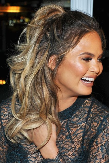 curly hair second day styling how chrissy teigen wears second day curls curly 3337