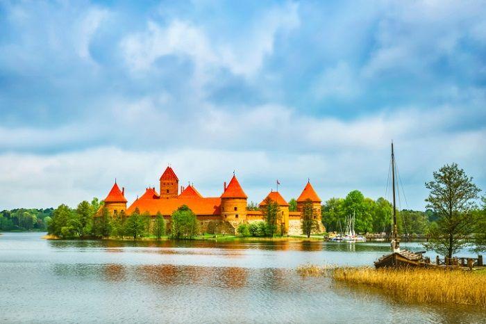 11 cidades medievais para você viajar no tempo   Skyscanner  Durante a Idade Média, Trakai foi capital da Lituânia e hoje é importante destino turístico do país, atraindo principalmente os apaixonados por história e arquitetura. A cidade fica localizada numa estreita península entre três lagos (Galvés, Luka e Totoriskiu) e tem o único castelo do mundo construído em uma ilha.