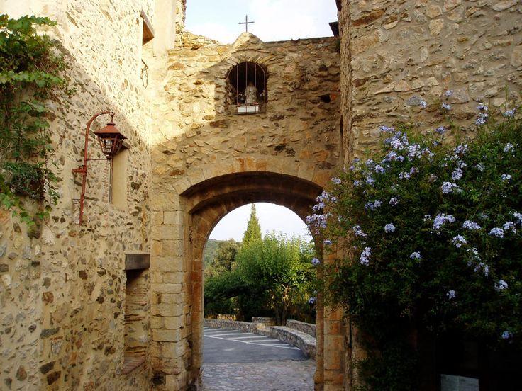 Foto sobre Castelnou de Emeline Haye - situado en los pirineos orientales de Francia, está considerado como uno de los pueblos más bellos de Francia. Sus calles empedradas te llevan a pequeños rincones en los que una simple ventana puede convertirse en algo bello