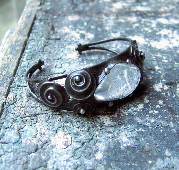 Křišťál v obláčku.... Náramek je vyroben z pocínované mědi a cínu. Vloženým minerálem je křišťál. Rozměry náramku : - v nejširším místě 23 mm - průměr 5,8 cm. Náramek je vyroben na zápěstí kolem 17 cm, ale dá se lehce upravit :) Náramek je vyroben ke šperku Larimar v obláčku.