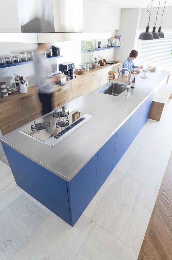 キッチン&ダイニングのテーブルは、リビング側の側面も収納になっています。 専門家:ブルースタジオが手掛けた、キッチン(M邸 — タイルとフローリング半分ずつの部屋)の詳細ページ。新築戸建、リフォーム、リノベーションの事例多数、SUVACO(スバコ)