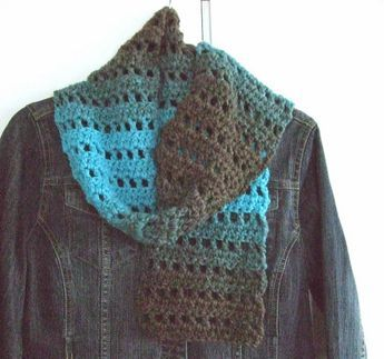 "Ik heb deze sjaal maar ""Fast 'n Easy"" genoemd want dat is ie ook! Heel simpel: 1 toer stokjes en 1 toer met (1 stokje, 1 losse, 1 steek over..."
