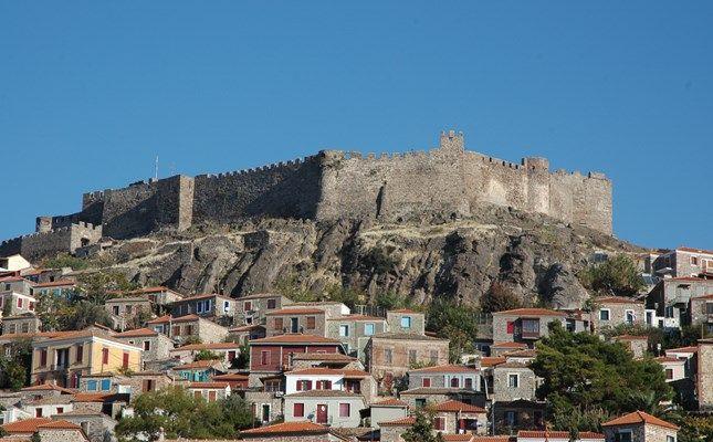 Το φρούριο και τα αρχιτεκτονικά στολίδια της Μήθυμνας (Μολύβου) #Greece #island http://diakopes.in.gr/trip-ideas/article/?aid=209653