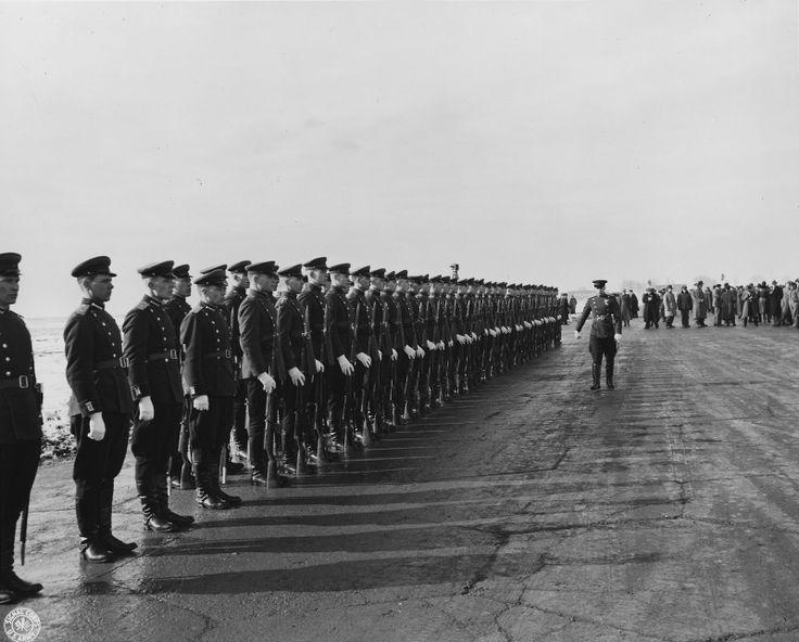 Почетный караул советских солдат на аэродроме Саки во время ялтинской конференции