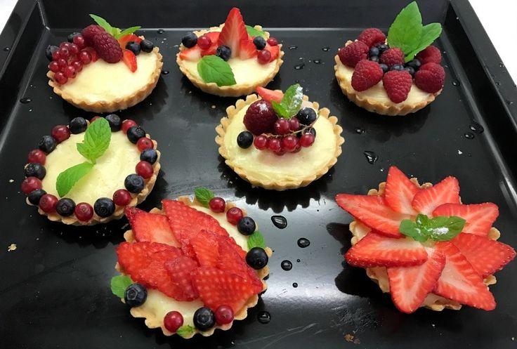 Muffiny dnes zvládne každá (ne)pekařka! Bylo na čase se posunou zase o level výš a tak se zrodil nápad na tyto roztomilé tartaletky.:) Těsto je křehké, pudinková náplň lehoučká, takže vás nebude č…